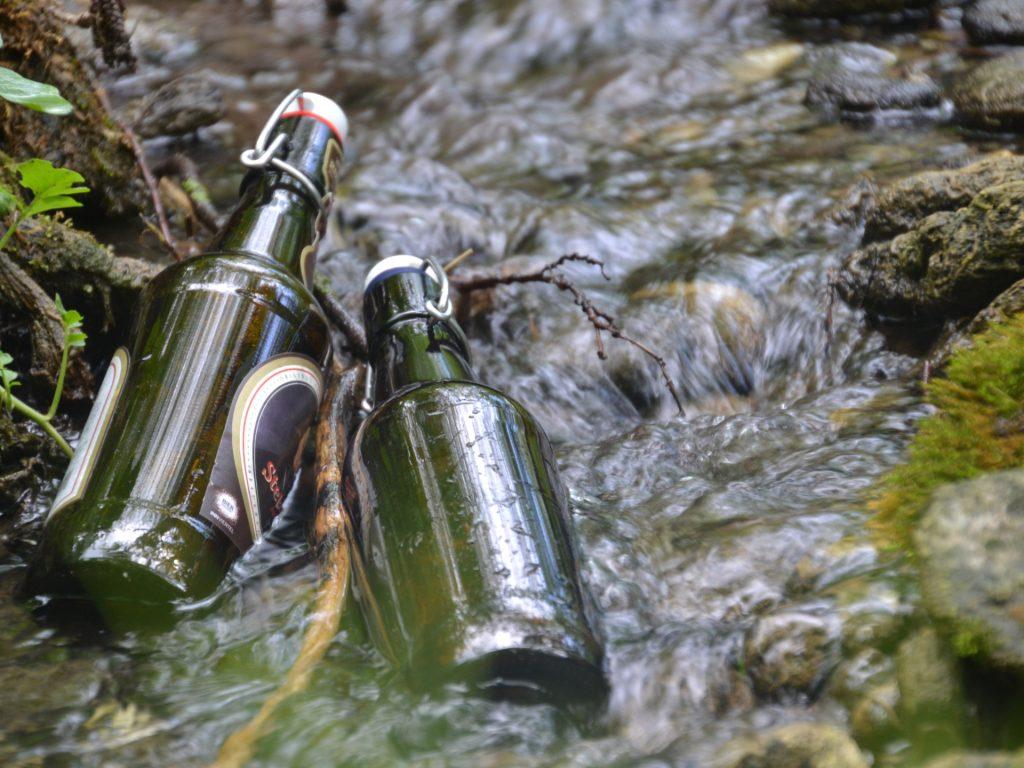 Wenn wir Getränkeflaschen in fließende Gewässer tauchen, können sie etwa auf die Temperatur des Wassers heruntergekühlt werden. - Photocredit: pixabay.com/Innviertlerin