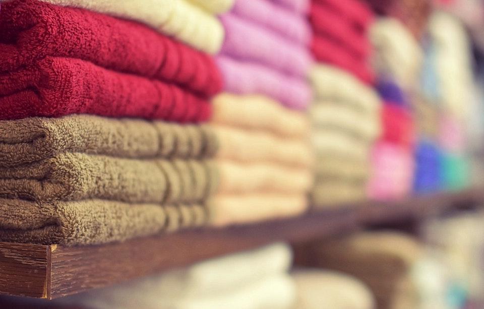 Bei herkömmlichen Handtüchern gibt es eine bunte Vielfalt an Farben. Nachhaltige Handtücher werden schonend gefärbt. Daher findet sich hier eher Natur- oder Pastellfarben. -Fotocredits: Lumensoft Technologies/unsplash