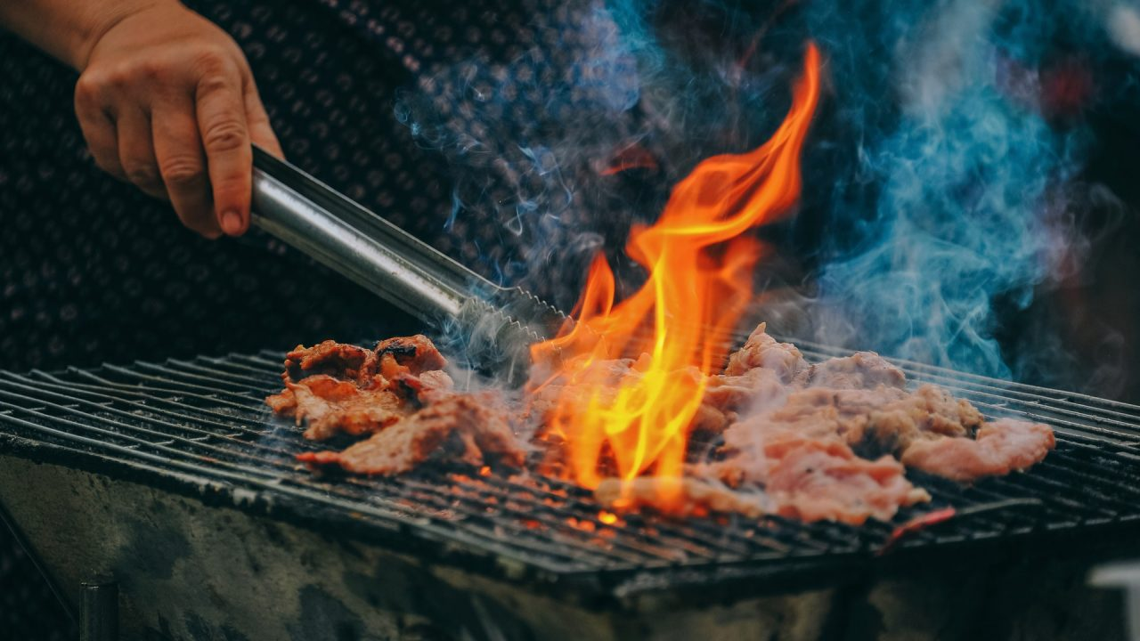 Fleischreste und Knochen vom Grillabend gehören nicht auf den Kompost sondern in den Restmüll. Bild: Pexels