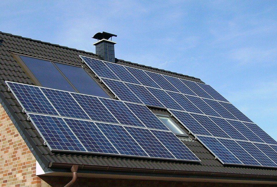 Ohne Anschaffungskosten eine Solaranlage am eigenen Dach installieren? Ja, dank Mieten von Photovoltaik-Anlagen. Foto: © skeeze/Pixabay