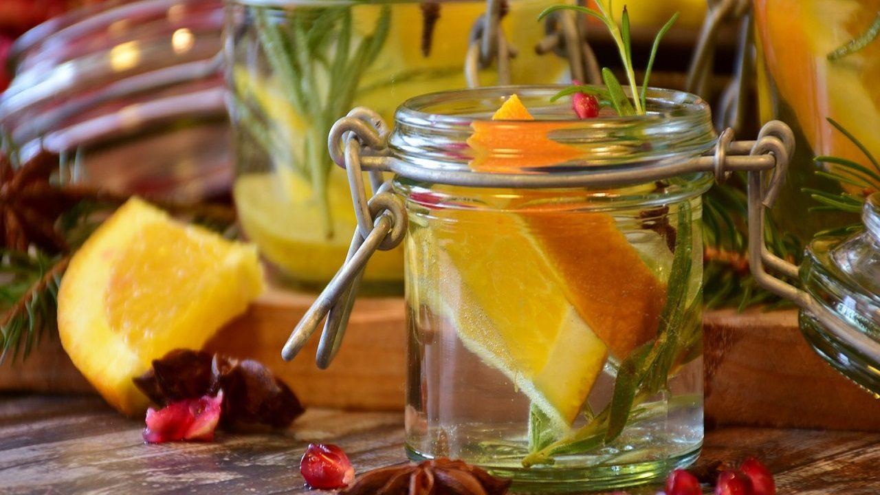 1. Glasbehälter. Diese eignen sich vor allem für Flüssigkeiten und Kräuter. - Fotocredit: Pixabay/RitaE