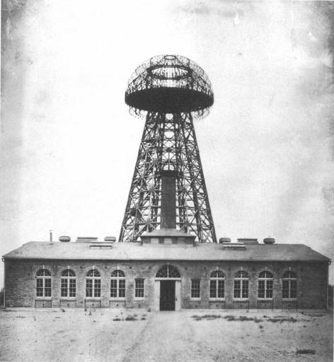 """Im Jahr 1917 wurde der nie ganz fertig gestellte """"Wardenclyffe Tower"""" (hier im Jahre 1904) mit seiner 20 Meter Durchmesser großen Kuppel abgerissen – Tesla musste aufgrund von finanziellen Problemen das Gelände verkaufen. Foto: Gemeinfrei"""