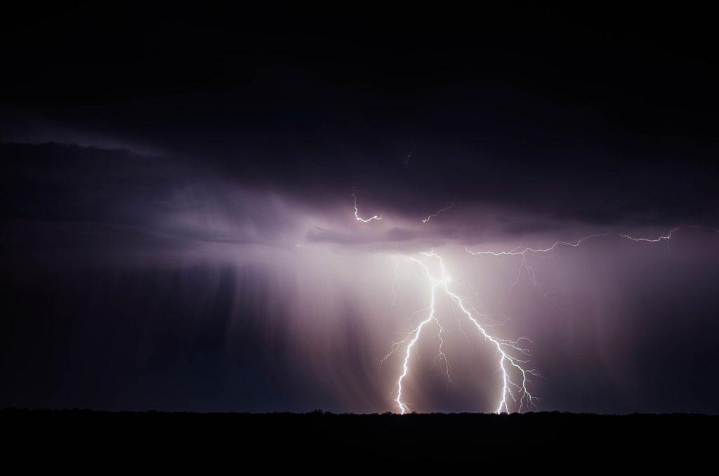 Die Energie, die in einem Blitz steckt, kontrolliert nutzbar zu machen und drahtlos zu übertragen? Das könnte Teil der Lösung des Versorgungsproblems mit Strom in manchen Gegenden der Erde sein. Foto: © Pixabay