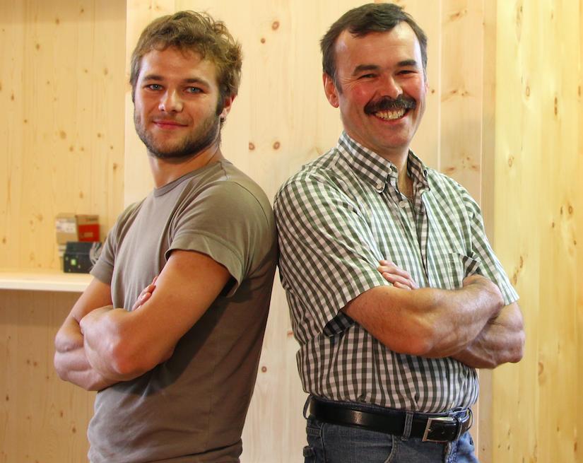 Johannes Seidl mit seinem Vater Johann Seidl, der 1984 die Tischlerei gegründet hat. Foto: © privat