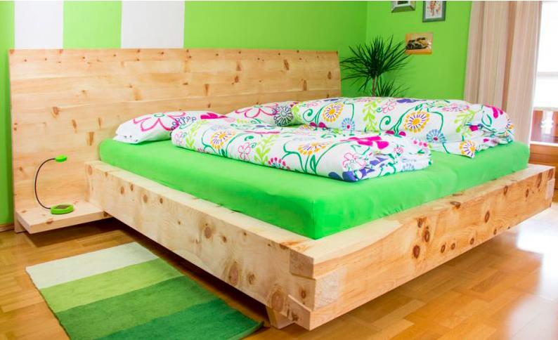 Nicht nur angenehm duftend, sondern vor allem auch schön anzusehen – ein Zirbenholzbett. Foto: © Tischlerei Seidl