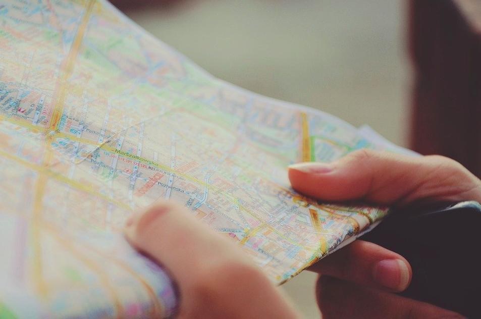 """Irgendeinen Stadtplan findest du daheim ganz sicher noch. Für das Kostüm """"Verwirrter Toruist"""" hältst du den dann später am besten noch verkehrt rum. Fotocredit: © Free-Photos/Pixabay"""
