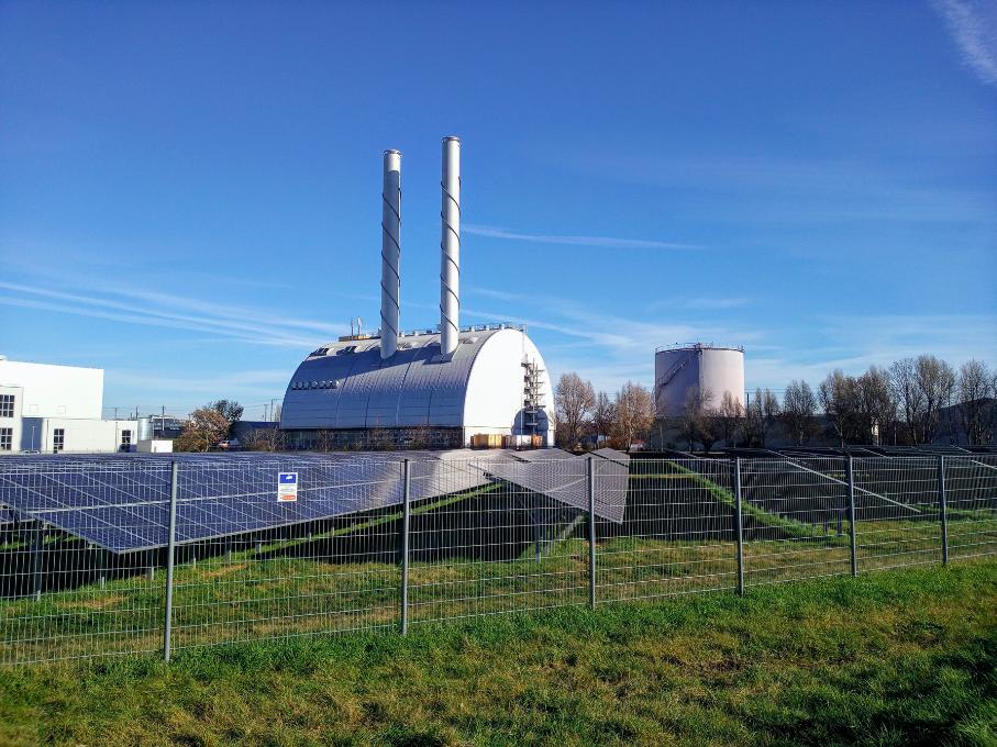 Hier erstreckt sich eine Photovoltaikanlage in beeindruckender Größe unmittelbar vor dem Fernheizwerk Süd.