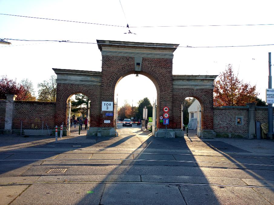 Das dritte Tor des Zentralfriedhofs – bis zur gleichnamigen Straßenbahnstation kommt man mit der Linie 71 ohne Umsteigen von der Innenstadt Wiens.