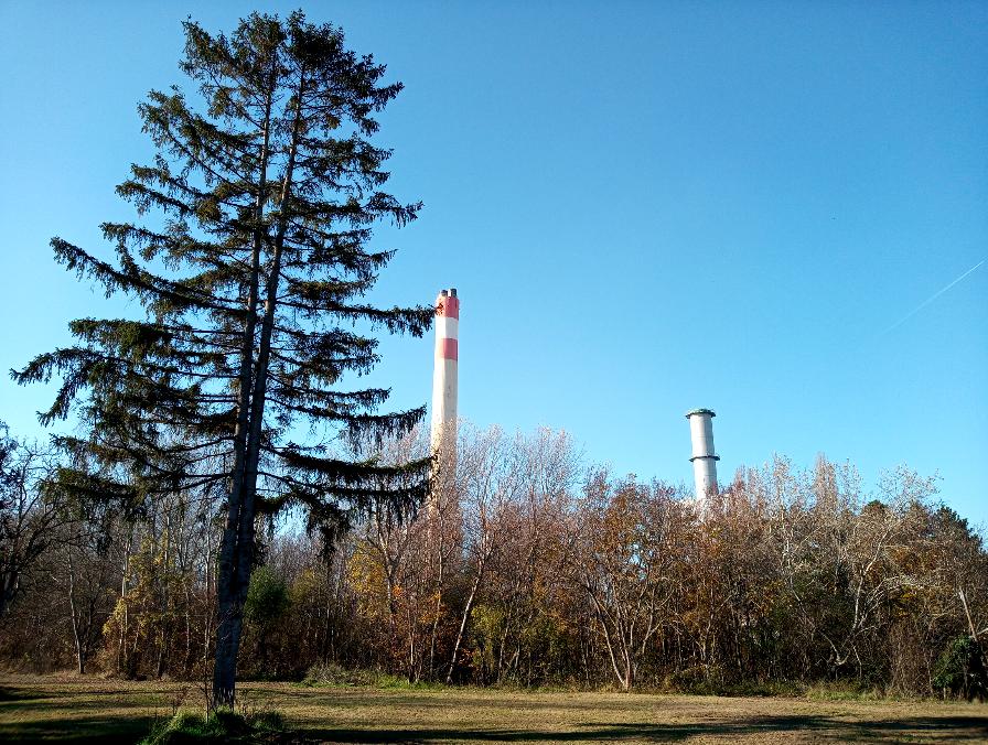Bewegt man sich ein bisschen vom Haupteingang weg, befindet man sich inmitten einer idyllischen Umgebung, die im Hintergrund den Blick auf das Kraftwerk freigibt.