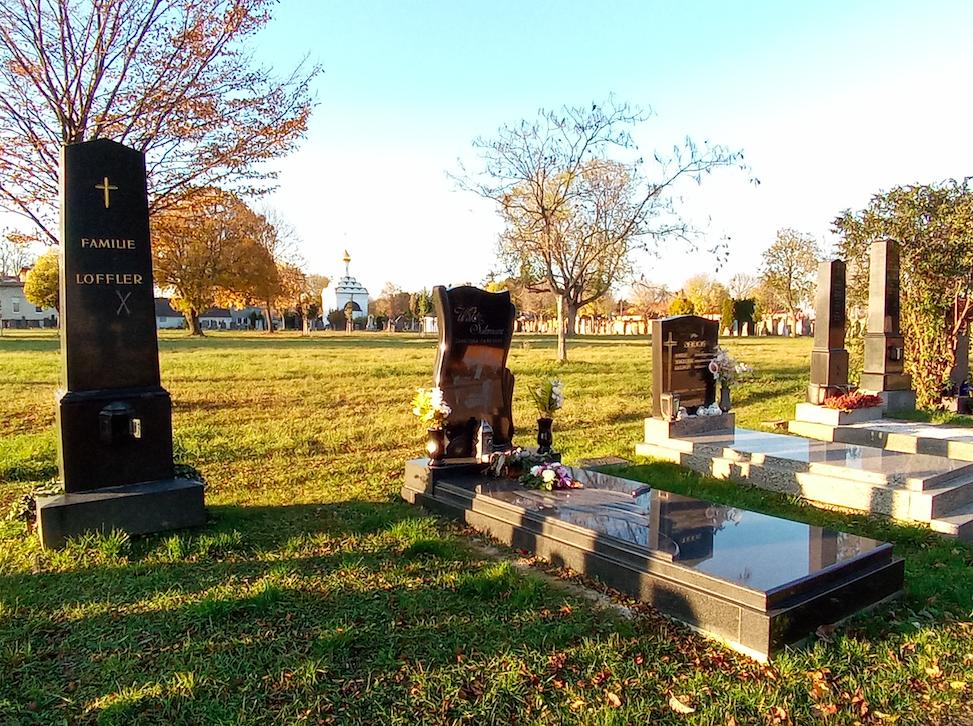 Zwischen den Gräbern gibt der Zentralfriedhof immer wieder einen neuen, besonderen Blick frei. Hier zum Beispiel auf die Russisch-orthodoxe Friedhofskirche zum Heiligen Lazarus im Hintergrund.v