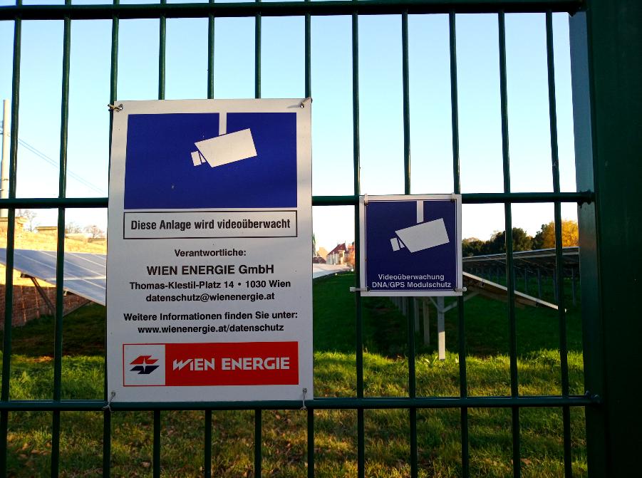 Gut geschützt – ein Schild weist deutlich darauf hin, dass hier ein Bereich des Friedhofareals beginnt, der videoüberwacht ist.