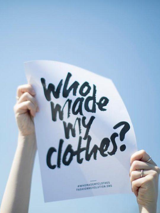 #WhoMadeMyClothes? – Eine einfache Frage, deren Antwort nicht so transparent ist, wie wir es uns vielleicht wünschen, wie auch der diesjährige Fashion Transparency Index zeigt. Fotocredit: © Fashion Transparency Index 2020 / Fashion Revolution