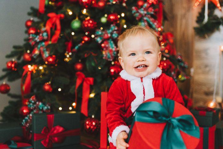 Weihnachten ist für viele Eltern sehr teuer, darum lohnt es sich auf Second Hand zu setzen. Fotocredit: Anastasiia Chepinska auf Unsplash.com