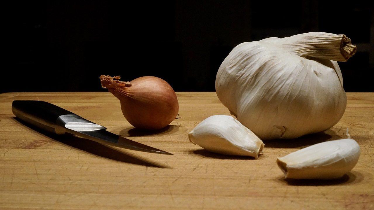 Zwiebel und Knoblauch sind aus vielen Gerichten nicht wegzudenken. Gut, dass es beides das ganze Jahr über aus heimischem Anbau erhältlich gibt. Fotocredit: © iKlicK/Pixabay