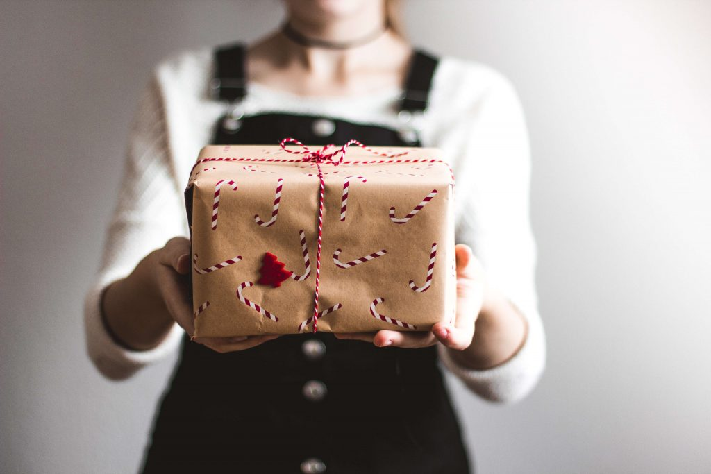 Schon mal daran gedacht, nachhaltig zu schenken? Hier findest du eine Auswahl an Second Hand Ideen! Fotocredit:Kira auf der Heide auf Unsplash.com