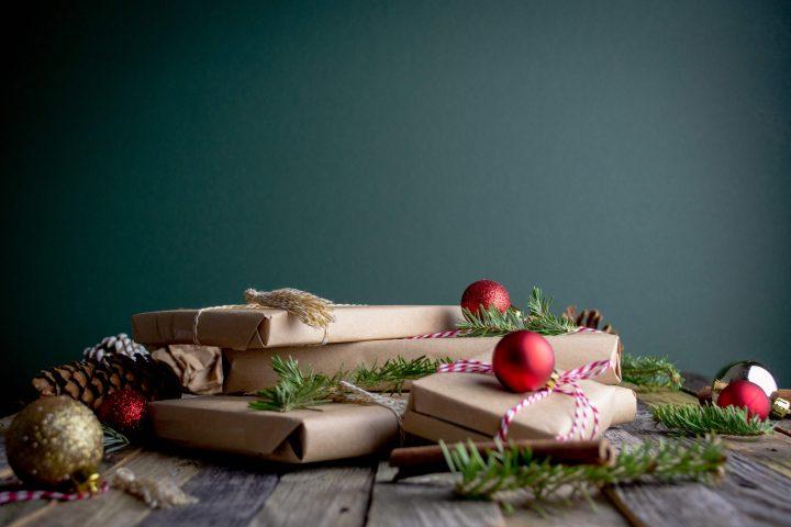 Beschenke dieses Jahr deine Liebsten nachhaltig mit Second Hand gekauften Geschenken. , Fotocredit: Mel Poole auf Unsplash.com