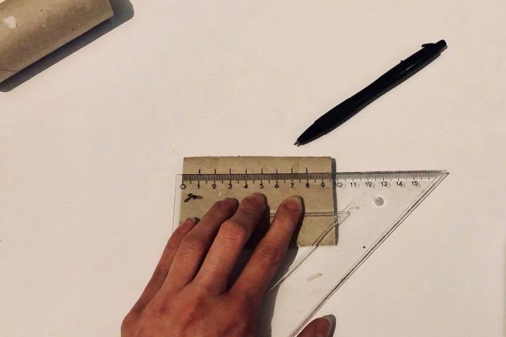 Drückt die Klopapierrolle zusammen und zeichnet im Abstand von ein bis zwei Zentimeter Striche ein. -Fotocredits: Lisa Radda