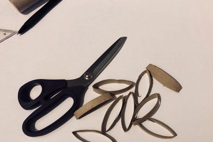 Schneidet nun Ringe aus, indem ihr einfach an den Strichen entlang schneidet. -Fotocredits: Lisa Radda