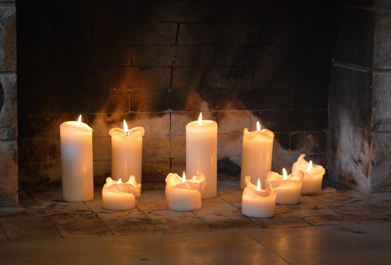 Wenn die Kerzen runtergebrannt sind, kannst du Wachsreste sinnvoll einsetzen, indem du daraus Formen zum Wachsgießen ziehst – eine nachhaltige Alternative zum Bleigießen. Fotocredit: © Alltagstouristin/Pixabay