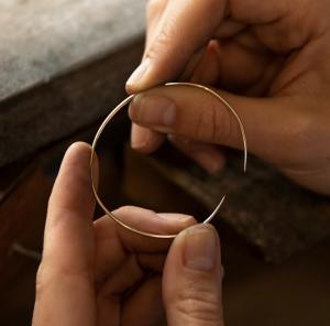 Jedes Makaro-Piece wird in passionierten Goldschmiedwerkstätten im Herzen Europas einzeln und von Hand angefertigt. -Fotocredits: Makaro Jewelry