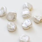 Makaro arbeitet ausschließlich mit natürlichen Keshi-Süßwasserperlen. Keshiperlen zeichnen sich dadurch aus, dass sie ohne Einwirkung von Außen auf natürliche Weise entstehen dürfen. Die dabei entstehende Naturform ist für jede Perle einzigartig. -Fotocredits: Makaro Jewelry