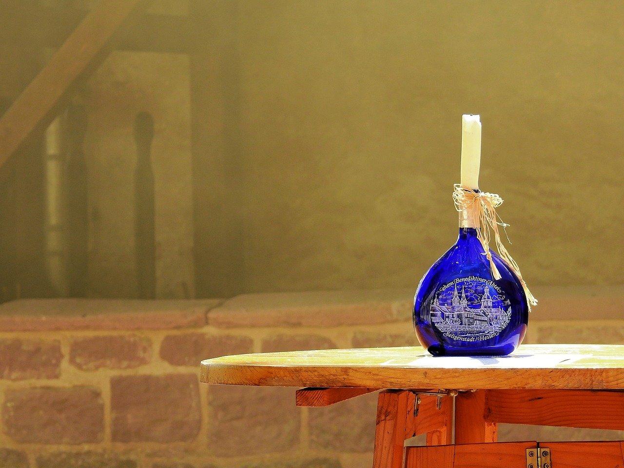 Als Kerzenhalter können Weinflaschen ein äußerst dekoratives zweites Leben erhalten. Fotocredit: © Bruno/Germany/Pixabay
