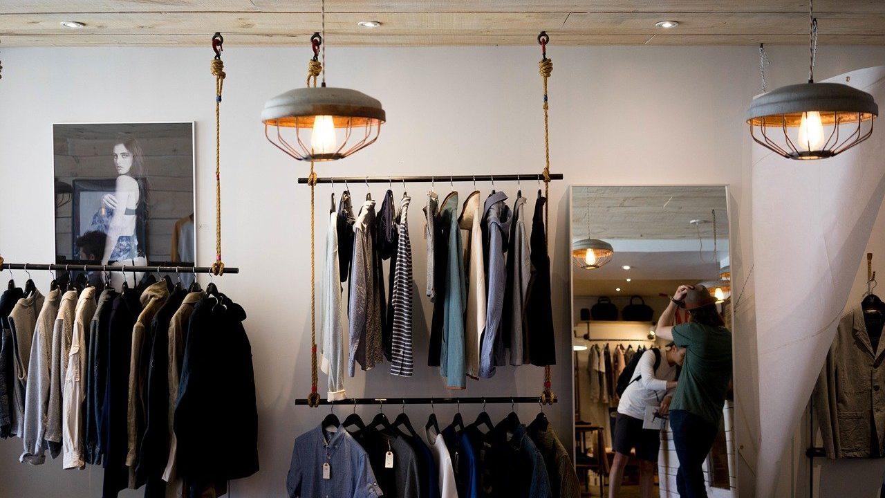 Warum nicht mal die Boutique ums Eck anstatt die große Einzelhandelskette ausprobieren? Ein besonderer Gutschein für die Beschenkten und gleichzeitig Unterstützung für kleine heimische Läden. Fotocredit: © Free-Photos/Pixabay