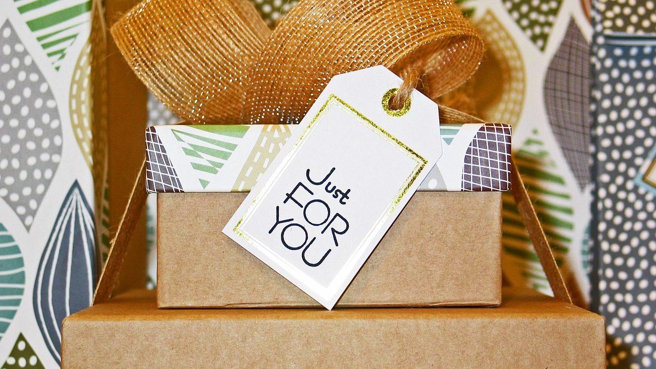 Welcher Gutschein sich da drinnen wohl verbirgt? Wenn es nicht der gleiche ist, den alle schenken, dann ist die Überraschung perfekt. Fotocredit: © Kerstin Riemer/Pixabay