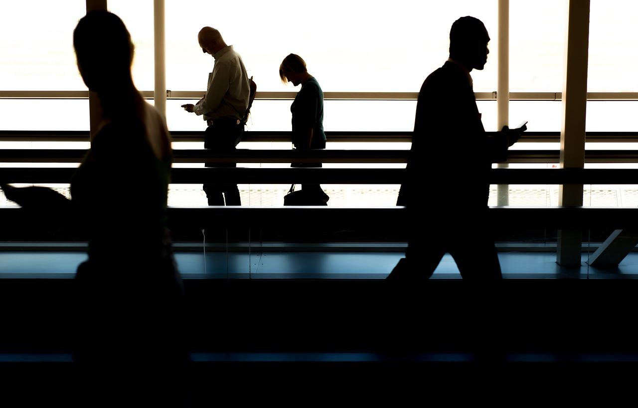 Business People, die hektisch von einem Flug zum nächsten tingeln – braucht es das in diesem Ausmaß wirklich in unserer Gesellschaft? Vielleicht hat die Pandemie auch positive Auswirkungen auf ein nachhaltigeres Geschäftsleben? Fotocredit: © Rudy and Peter Skitterians/Pixabay