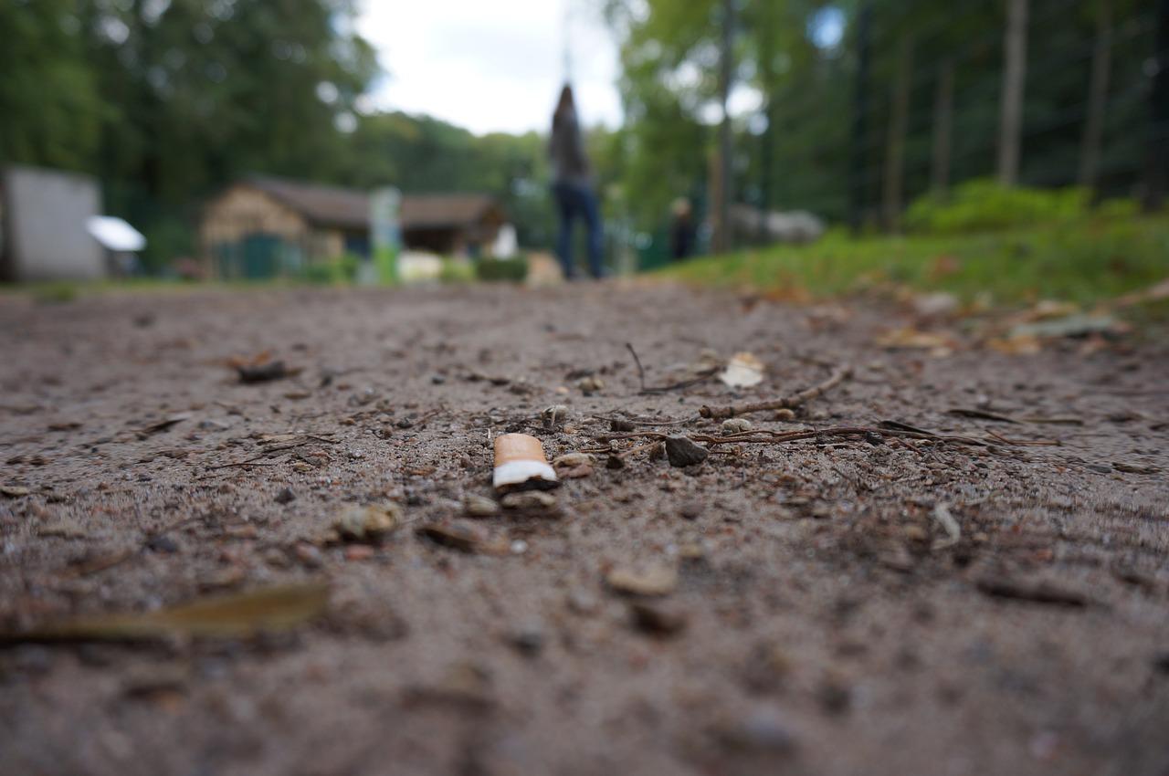 So bitte nicht! Auf den Boden geworfene Zigaretten sind eine massive Umweltbelastung und außerdem stehen in Wien wirklich genug öffentliche Möglichkeiten zur Verfügung, die Zig ordnungsgemäß zu entsorgen. Fotocredit: © Sebastian Kolpert/Pixabay