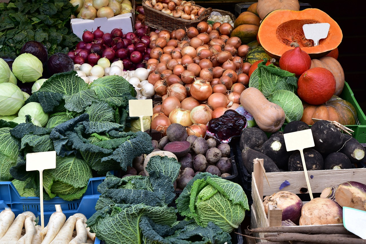 Ein Silvesterdinner ausschließlich mit regionalen und saisonalen Zutaten? Das wäre doch einmal eine Herausforderung, bei der das Einkaufen am Markt zu einer Besonderheit wird. Fotocredit: © Ulrike Leone/Pixabay