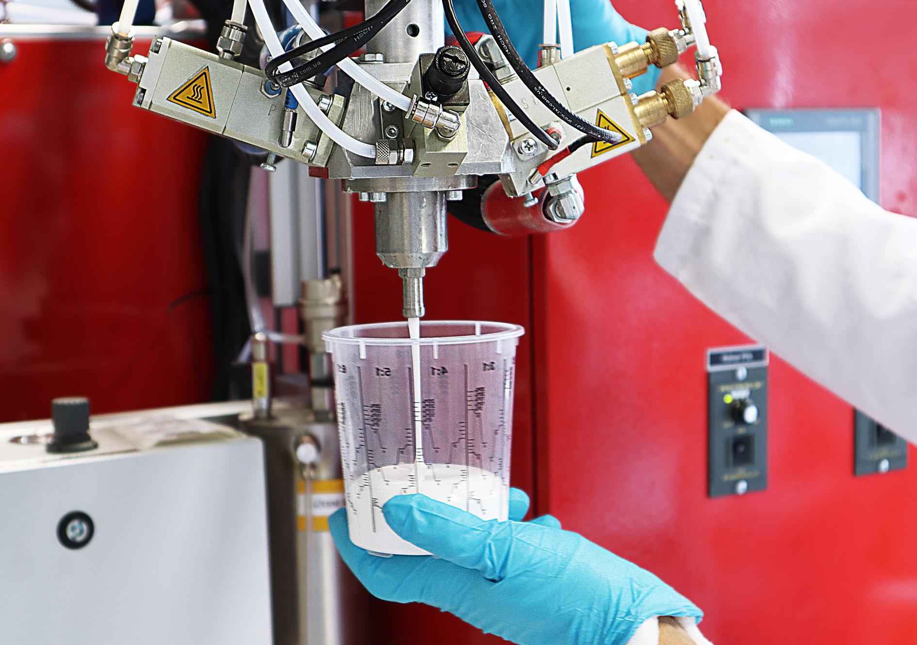 Die Dämmstoffe mit programmierbarem Materialverhalten werden auf Basis solcher Formgedächtnispolymer-Schäume entwickelt. © Fraunhofer IAP