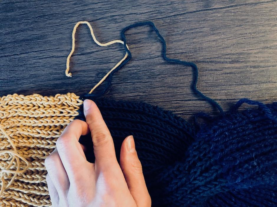 Alle abstehenden Fäden, zum Beispiel von Übergängen, werden nun auch noch vernäht. Dann ist euer Stirnband fertig. -Fotocredits: Lisa Radda