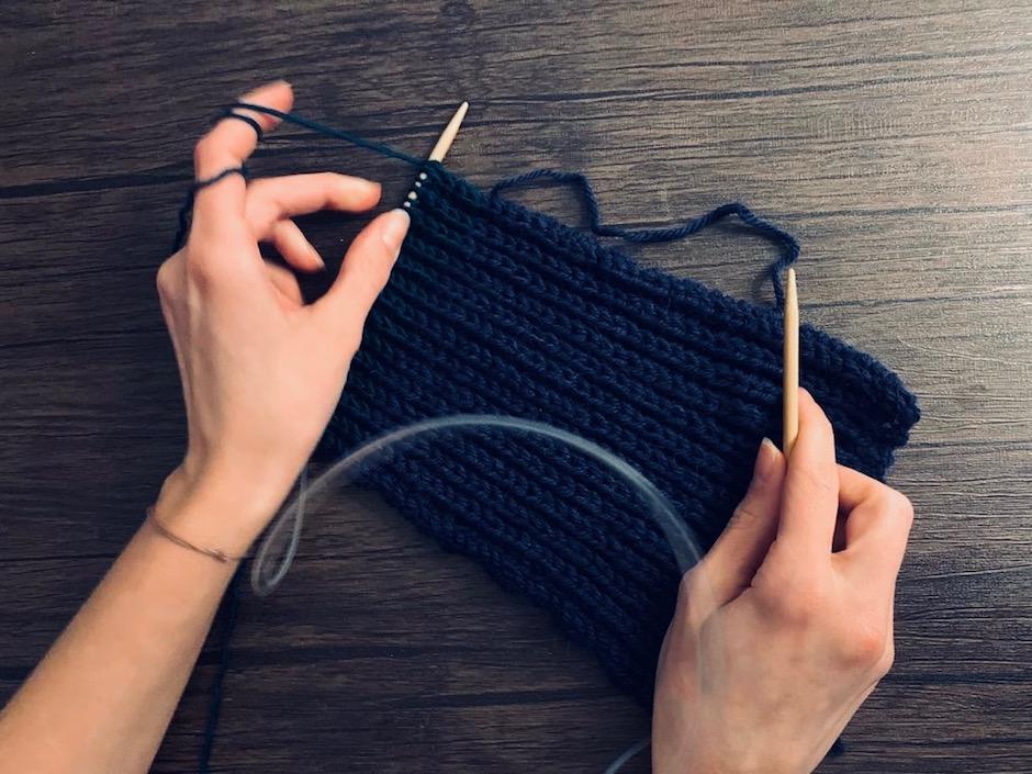 Welches Muster ihr wählt, bleibt euch überlassen. Ich habe mich für ein Patentmuster entschieden, damit das Stirnband schön warm wird. -Fotocredits: Lisa Radda