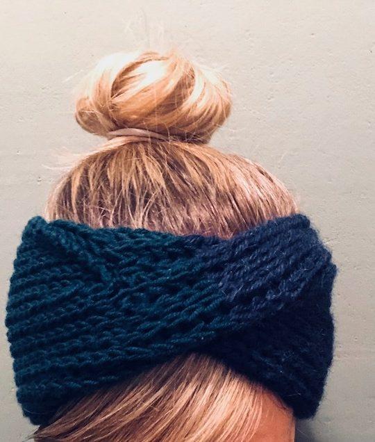 Ein Stirnband mit Twist ist in wenigen Stunden gestrickt - Fotocredits: Lisa Radda
