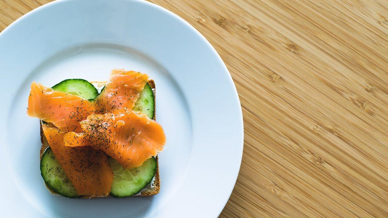 Ein köstliches Lachsfrühstück braucht keinen Anlass – wir freuen uns schon auf den nächsten ausgedehnten Brunch. Fotocredit: © LUM3N/Pixabay