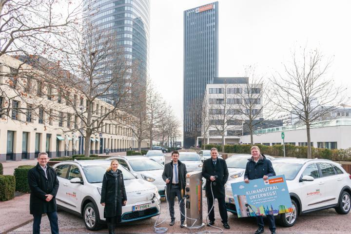 Wien Energie Geschäftsführer Michael Strebl (rechts) präsentiert die elektrifizierte Firmenflotte, mit der die gesamte Vertriebsmannschaft auf klimaneutralen Antrieb umgestellt wurde. Fotocredit: © Wien Energie/Christian Hofer
