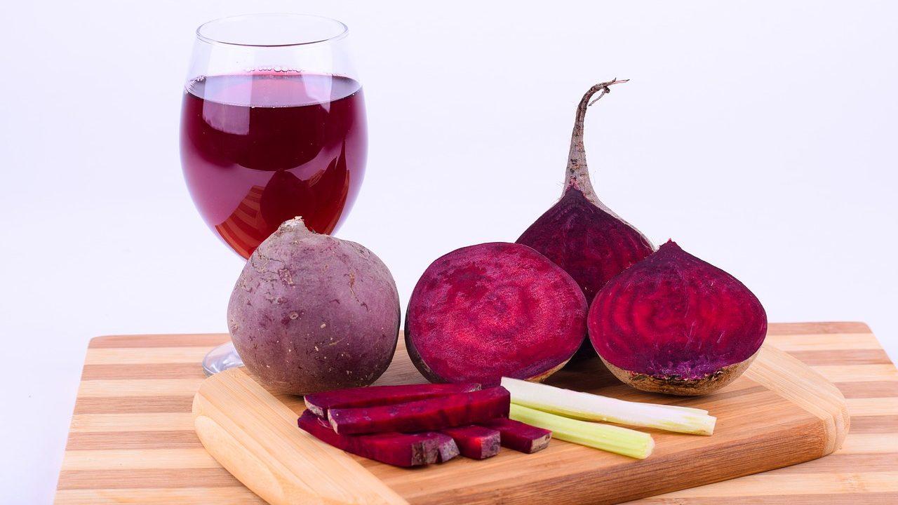 Es gibt sie als Saft, als Salat oder Suppe. Aber zu Pommes geschnitzt wird die rote Rübe zu einem spannenden neuen Begleiter in deiner Gemüseküche. Fotocredit: © ExplorerBob/Pixabay