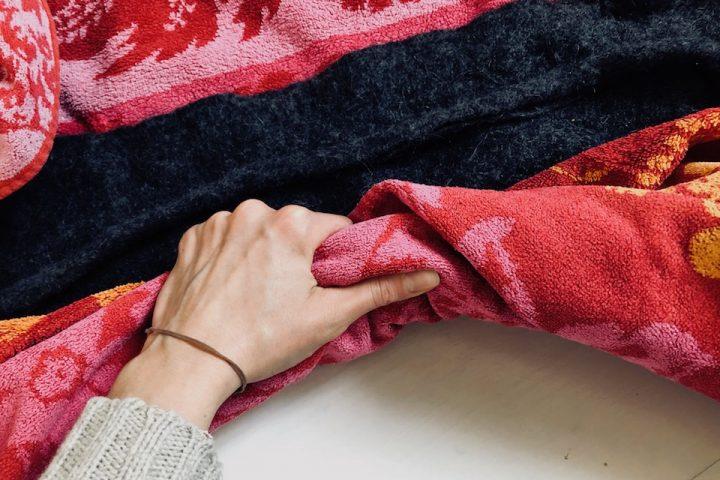 Zum Trocknen lege ich ein Handtuch unter das Wollstück, da es noch sehr nass ist und tropft. -Fotocredits: Lisa Radda