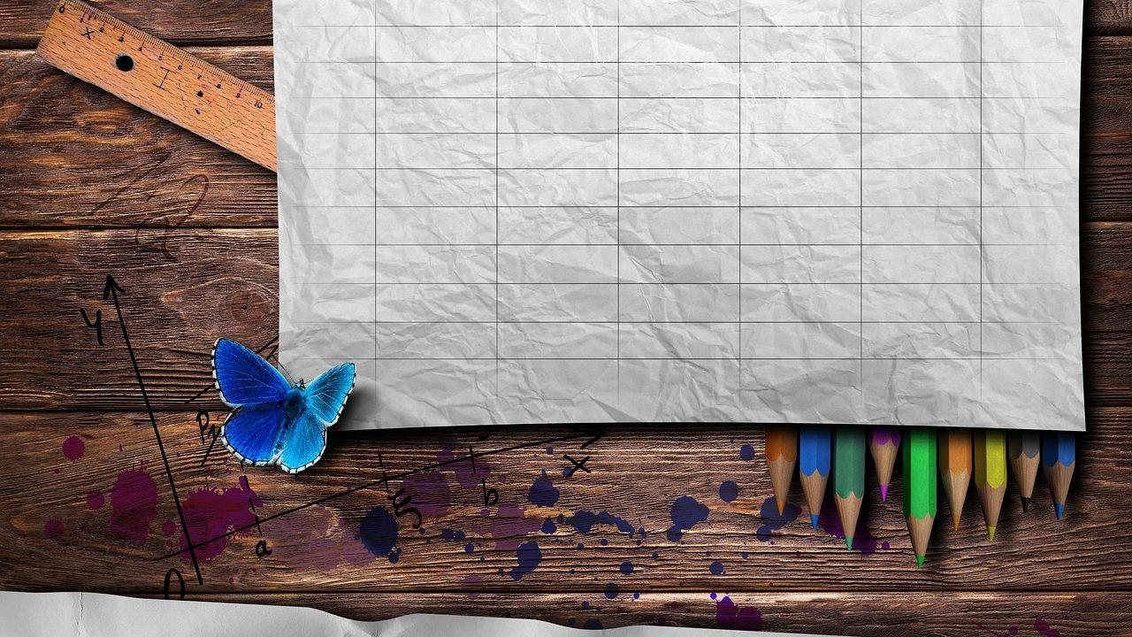 Habt ihr noch irgendwo einen alten, leeren Stundenplan? Funktioniert ihn zu eurem persönlichen Putzplan um, der immer nur einen zu putzenden Bereich zusätzlich zu eurer allgemeinen Putzroutine vorsieht. Fotocredit: © Comfreak/Pixabay
