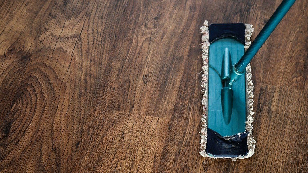Diese drei Gegenstände haben ihren fixen Platz auf dem Waschbecken. Die lassen sich rasch bewegen, um schnell mal drunter durchzuwischen. Wer dazu neigt, Bereiche wie das Waschbecken mit unzähligen Dingen vollzuräumen, braucht dementsprechend länger, es zu reinigen. Dadurch macht man es seltener. Der Schmutz wird mehr. Ein Teufelskreis. Lieber ausmisten und allen Dingen einen fixen Platz zuweisen. Fotocredit: © 6581245/Pixabay