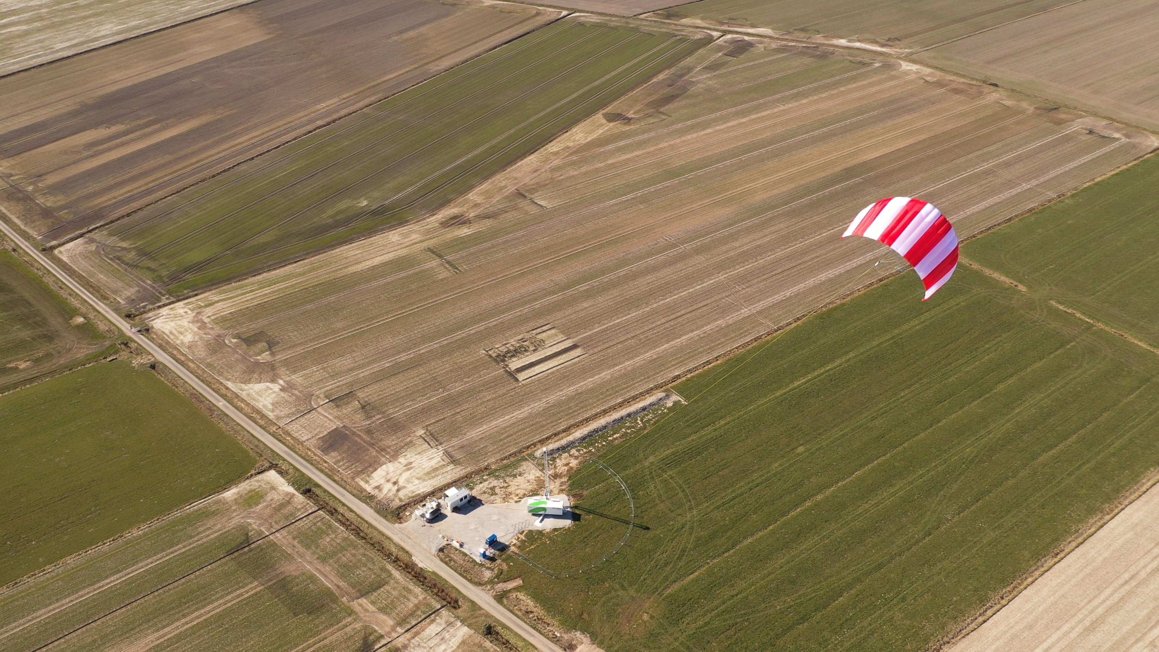 Bis zu 400 Meter hoch kann der SkySails-Drache fliegen und durch seine gesteuerten Flugfiguren erneuerbare Energie erzeugen. Foto: © SkySails Group