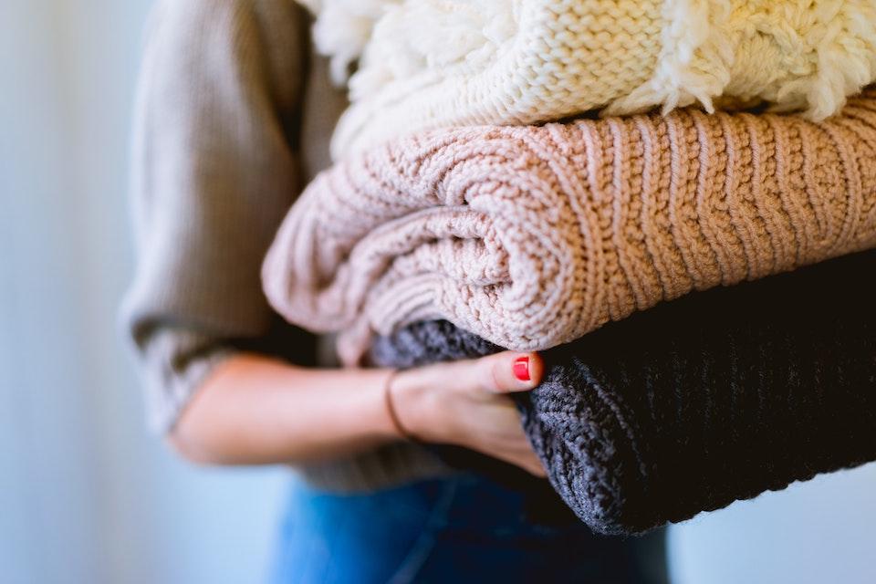 Damit Kleidungsstücke aus Wolle lang halten, werden sie am besten gefaltet aufbewahrt und nicht aufgehängt. -Fotocredits: Dan Gold/unsplash.com