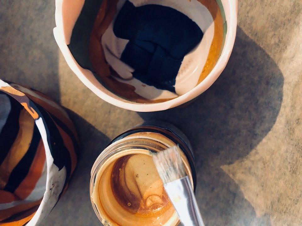 Nachdem die Deko-Schalen nach Anleitung im Backrohr ausgehärtet sind, könnt ihr den Rand noch mit einer Acrylfarbe nach Wahl verschönern. Fertig! -Fotocredits: Lisa Radda