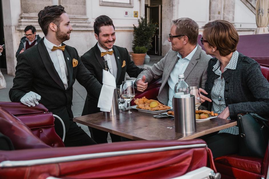 Nicht nur emissionsfrei, sondern auch von lukullischen Freuden begleitet, geht es mit dem Riding Dinner durch Wien. Fotocredit: © wien.ridingdinner.com