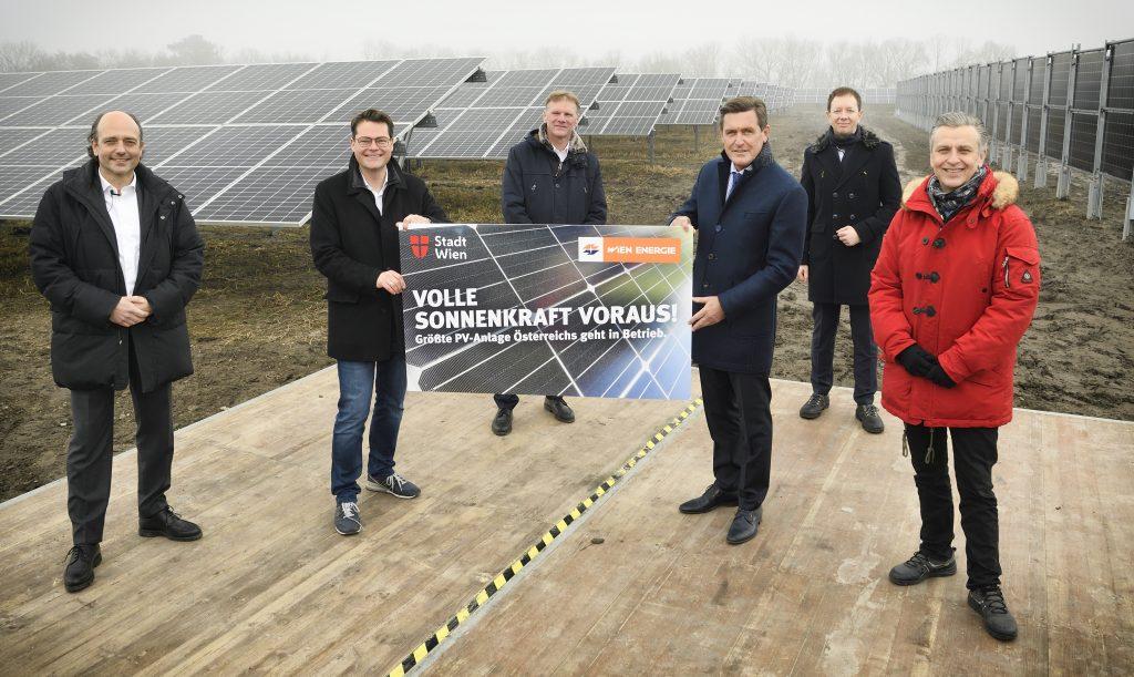 Wien Energie Geschäftsführer Michael Strebl (3. von links) und Karl Gruber (2. von rechts) luden zur Inbetriebnahme der größten Photovoltaikanlage Österreichs. Fotocredit: Wien Energie/Johannes Zinner