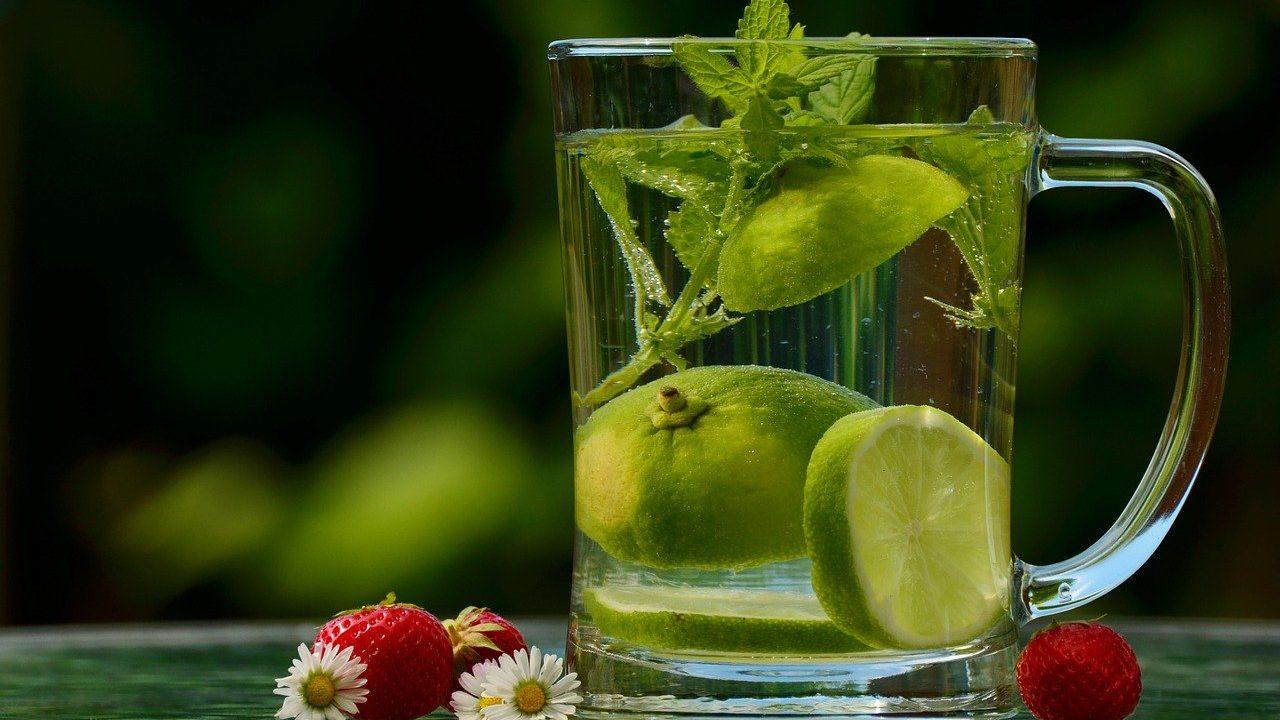 2. Viel trinken - am besten zwei Liter täglich. - Fotocredit: Pixabay/congerdesign