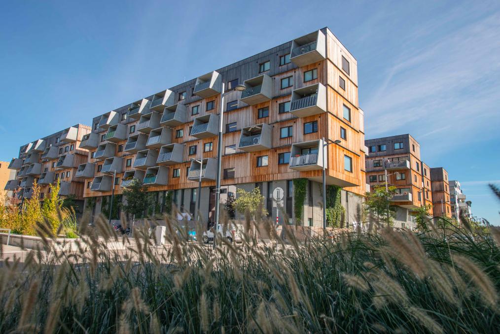 In diesem Wohnhaus in der Wiener Seestadt freuen sich die Bewohner dank nachhaltiger Fußbodenkühlung bereits über angenehmes Raumklima auch im Hochsommer. Fotocredit: © ASCR/Vogel AV