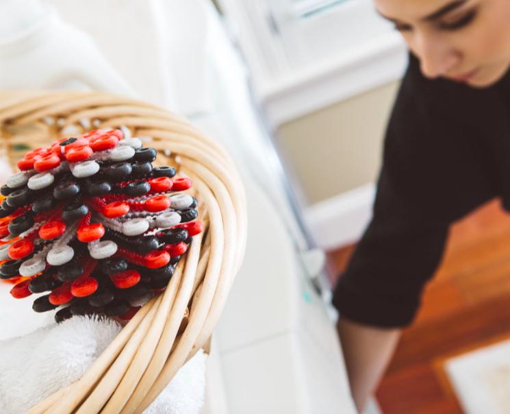 Mit diesem Wäscheball kannst du beispielsweise einen Teil dazu beitragen, dass nicht so viele deiner Kunststofffasern bei Waschen ins Abwasser gelangen. Fotocredit. © Cora Ball