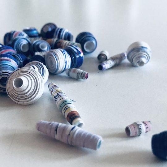 Aus unterschiedlich langen und breiten Papierstreifen lassen sich coole Perlen zum Weiterbasteln herstellen. -Fotocredits: Lisa Radda